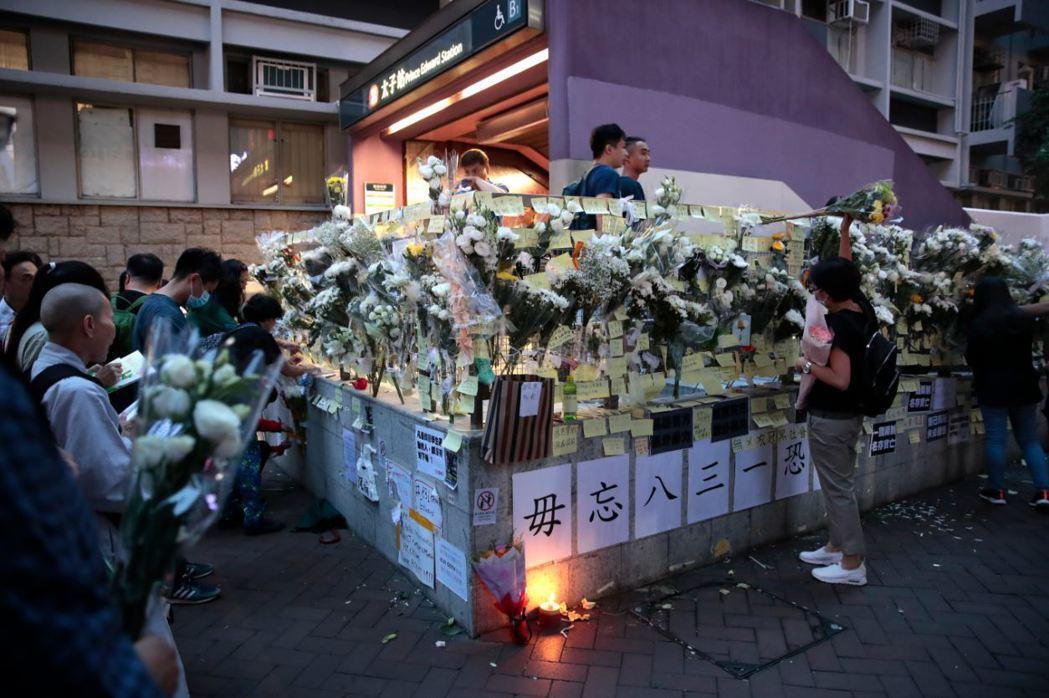 831無差別暴打後,香港市民到太子站閘口獻花悼念。 圖/美聯社