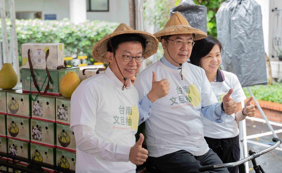 台南市長黃偉哲(中)5日騎上裝滿文旦的三輪車進立院,把麻豆農會僅存的文旦送給立院...