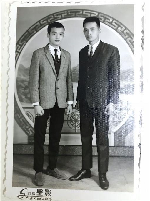 圖說:年輕時的小丑爺爺(左)英俊挺拔。(張世明提供)