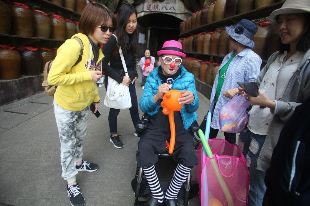 圖說:在馬祖八八坑道的小丑爺爺,像是藝人般被民眾包圍。