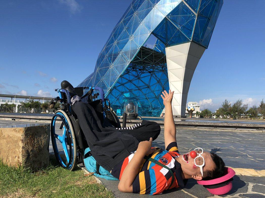 圖說:全台灣走透透的旅遊探查,對於輪椅者想當有挑戰,照片為遇到不平整的路面跌倒,但小丑爺爺依舊樂觀,叫筆者來拍照,告訴大家這個位置需要注意。