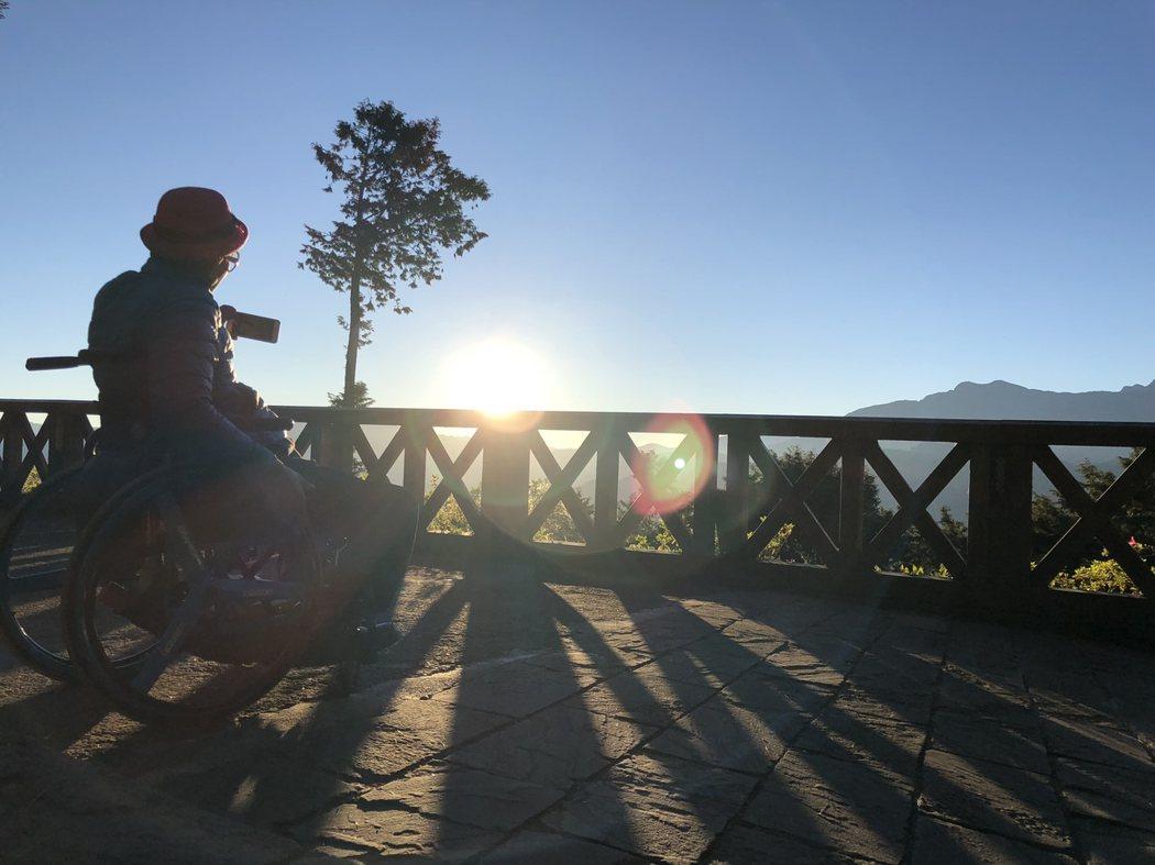 圖說:小丑爺爺告訴我,他做夢也沒想過,可以登上阿里山看日出。