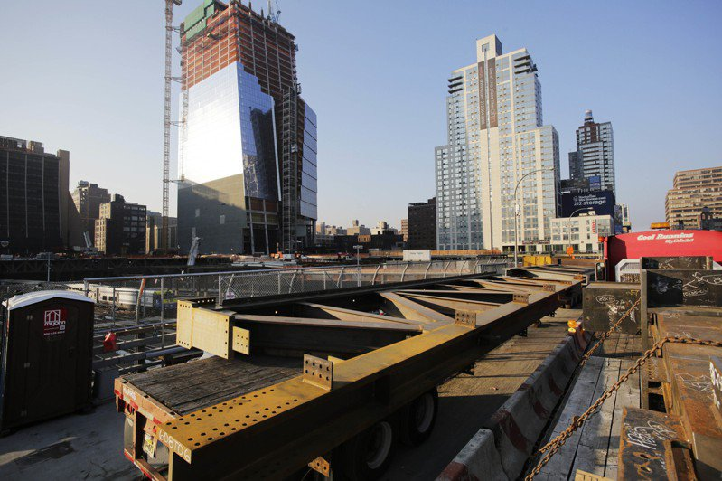 在美國一處建築工地上的結構鋼材。  美聯社