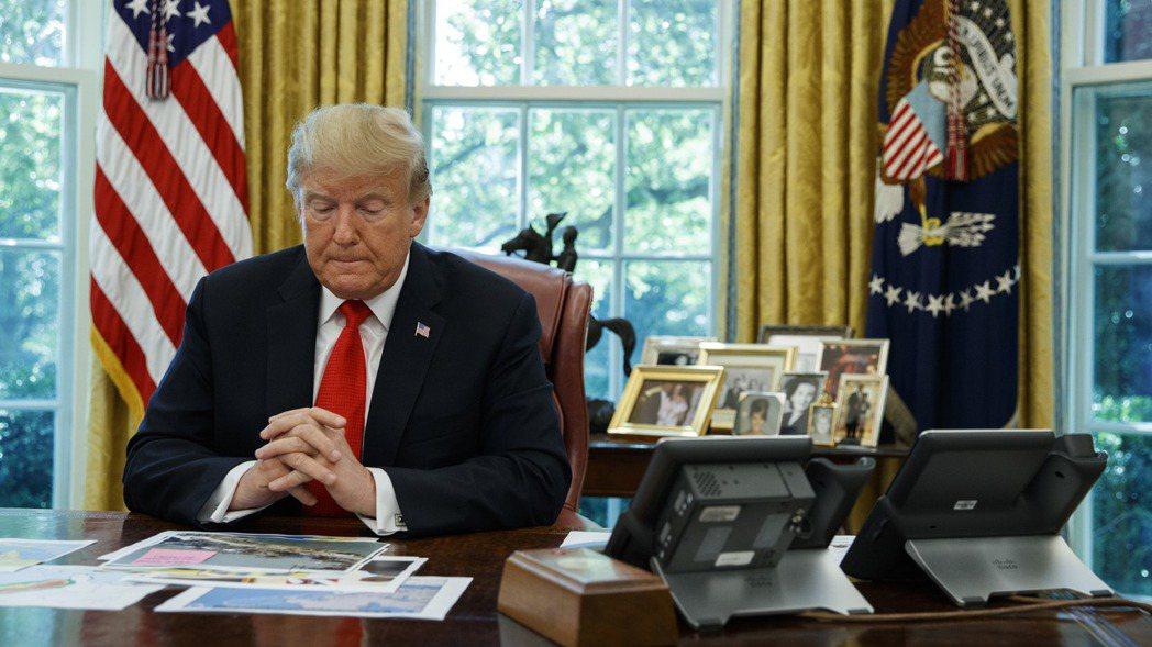 美國總統川普4日在白宮橢圓形辦公室聽取颶風多利安的簡報,之後回答記者提問。   ...
