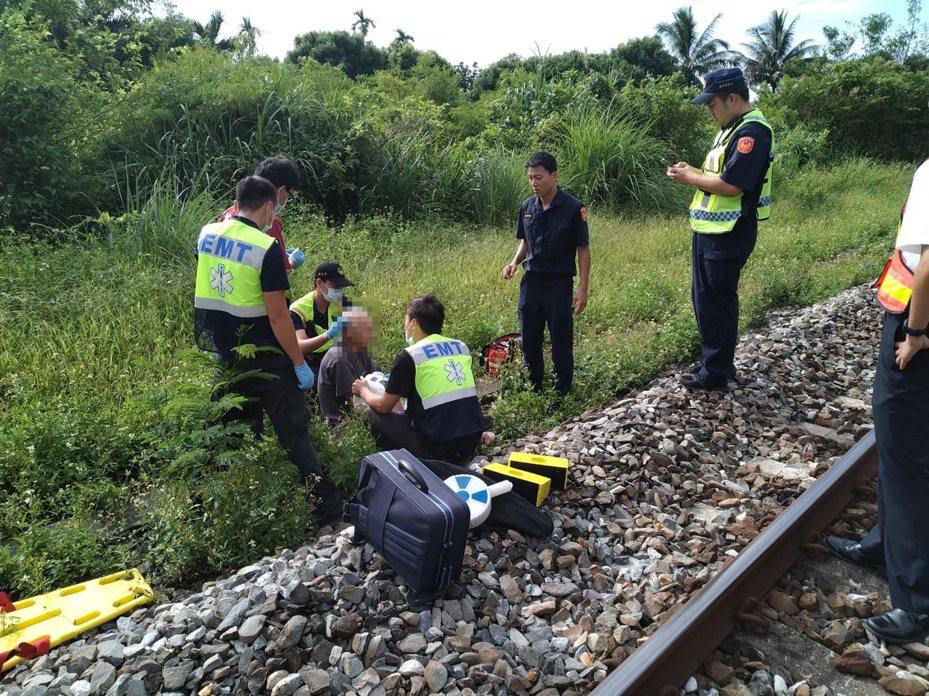 一輛台鐵區間車今天上午在花蓮景美火車站南端300公尺處,擦撞闖入軌道的老翁。圖/台鐵提供
