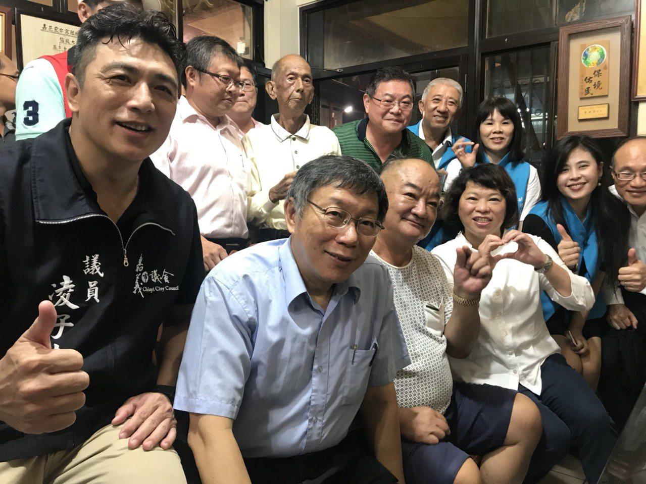 台北市長柯文哲(左二)日前來訪嘉義市,議員凌子楚(左)向他表達要為人民著想等理念...