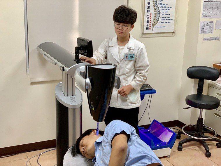 患者嘗試聲波動力平衡系統治療。圖/活力得中山脊椎外科醫院