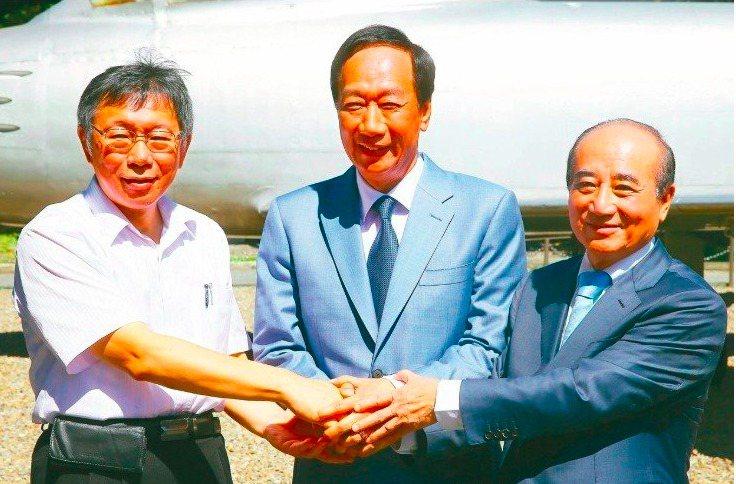 台北市長柯文哲(左)表示柯粉難轉移,他會思考『郭柯配』。圖/本報資料照片