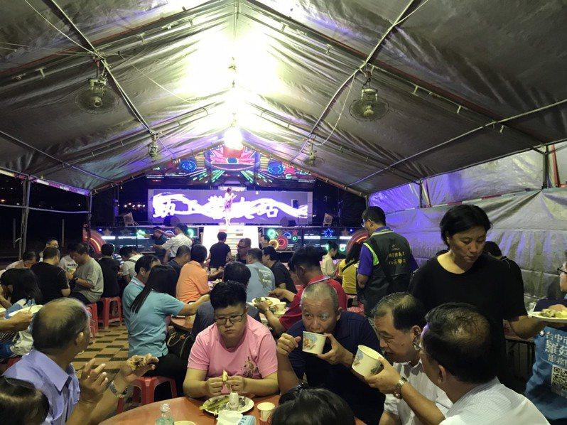台中市第三警分局勤工所昨晚在南區正德福德祠廣場辦理中秋聯誼餐敘,席開約20桌。圖/第三警分局提供