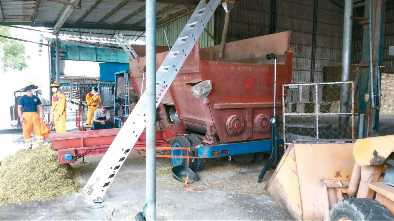 昨台南一名牧場女員工不慎墜入飼料攪拌機送命,畜牧界提醒,操作或維修機器,需先斷電...