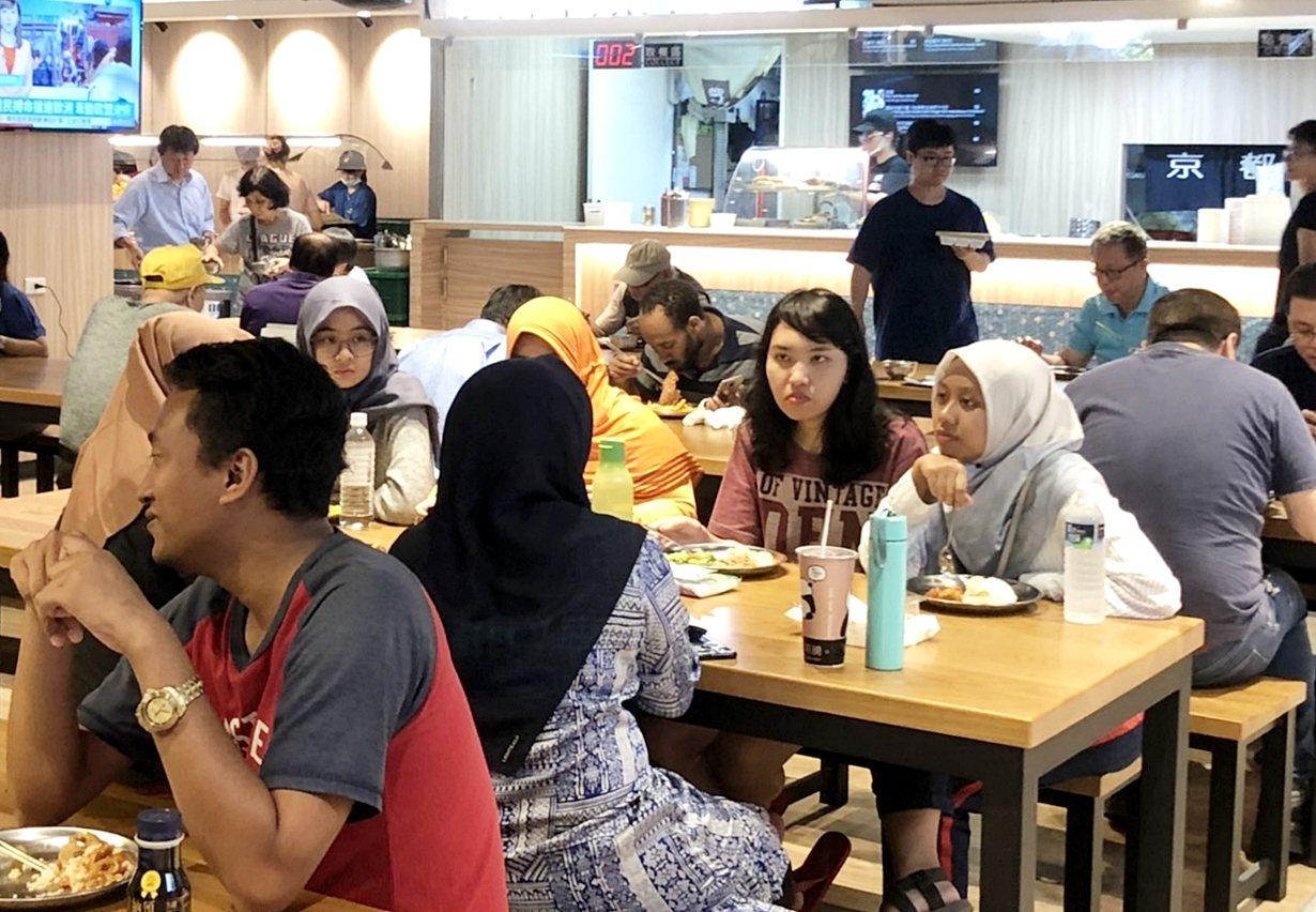 台科大第三學生餐廳重新改裝,也新增清真餐廳,讓台科大穆斯林學生用餐更便利。圖/台...