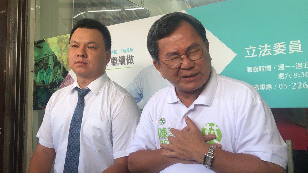 立委陳明文(右)在高鐵上遺失300萬,他說,感到很自責,但沒想到被人抹黑成這樣。...