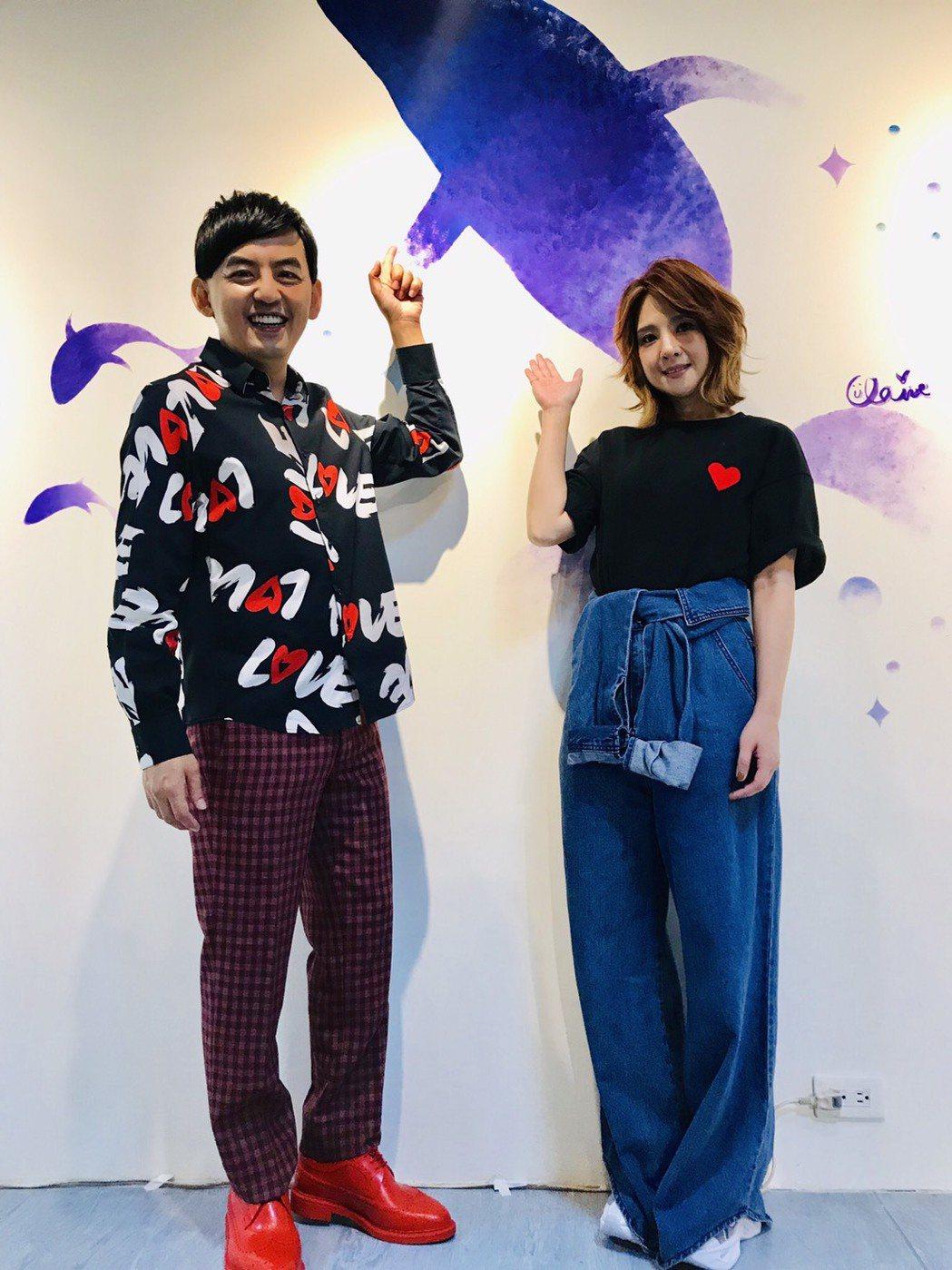 黃子佼(左)和郭靜出席公益活動,牆上的海豚,就是郭靜的作品。記者葉君遠/攝影