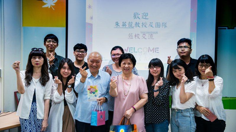 台大退休教授朱英龍(前左三)捐贈100萬元給亞大網癮中心。圖/亞洲大學提供