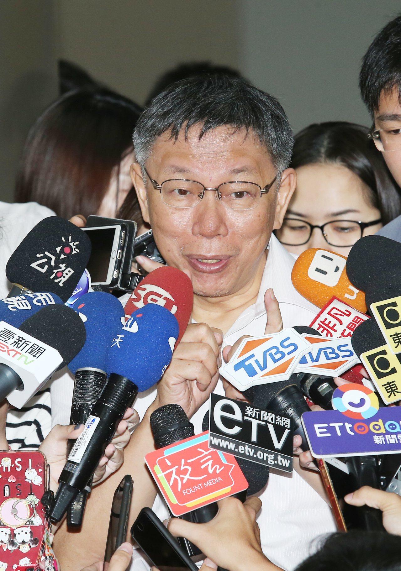 台北市長柯文哲上午針對9月17日前是否會思考郭柯配時表示,「要選就自己選,不然我...