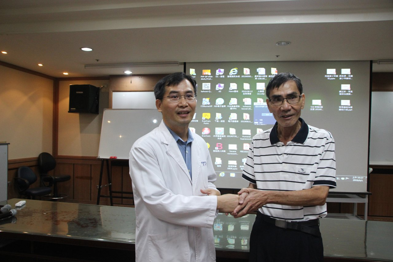肺癌患者吳國貞今天感謝彰化醫院耳鼻喉科主任許嘉方(左)為他確認病因,及早治療。記...