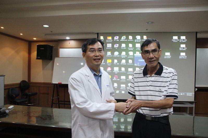 肺癌患者吳國貞今天感謝彰化醫院耳鼻喉科主任許嘉方(左)為他確認病因,及早治療。記者林敬家/攝影