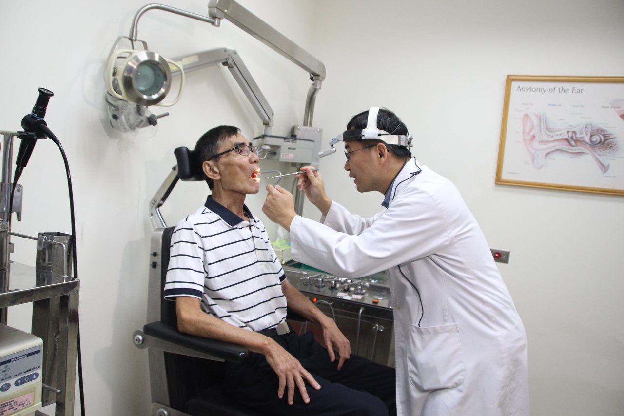 彰化縣民吳國貞(左)一年來吞嚥不適,經胸部電腦斷層掃瞄,發現約5.5公分的腫瘤。...