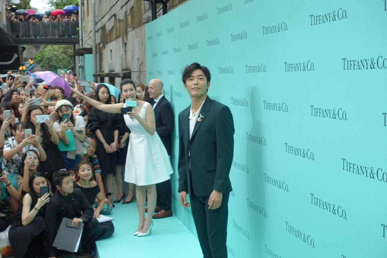 金材昱帥氣西裝造型現身Tiffany主題展,頻頻放送迷人笑容,讓現場尖叫連連。記...