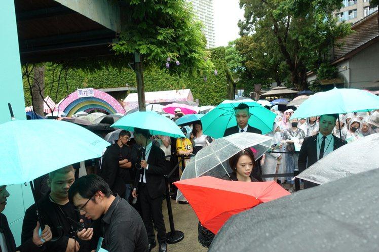 即便天氣不佳,還不時的下起陣雨,憑藉著金材昱的魅力,仍舊吸引了數百名的粉絲到場力...