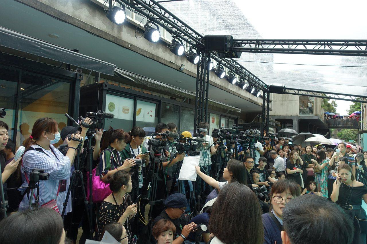 由於金材昱是首次造訪台灣,不僅是粉絲擠爆現場,搶拍的媒體也是大陣仗。記者曾智緯/...