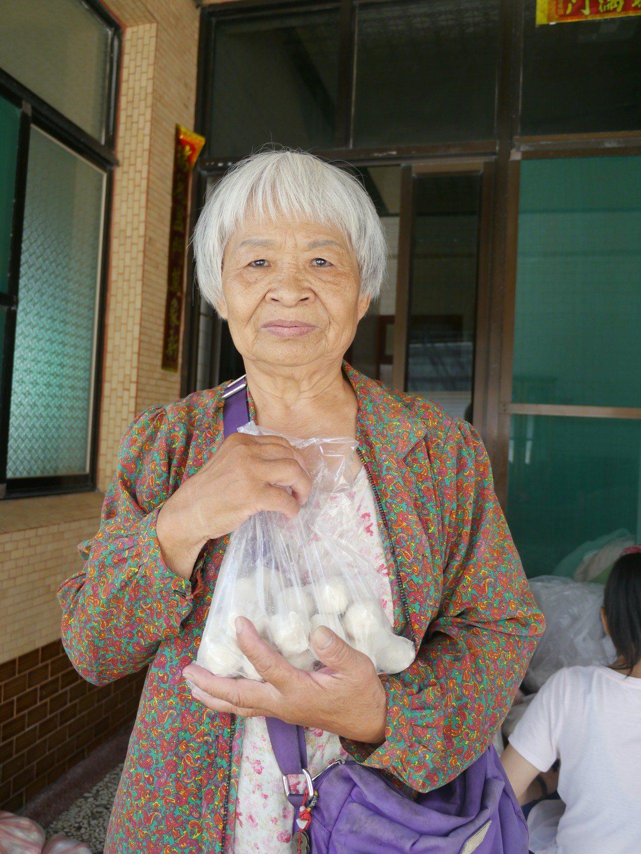 陳阿嬤製作手工魚丸、花枝丸出售已經超過一甲子歲月,希望外界用購買來取代捐款。記者...