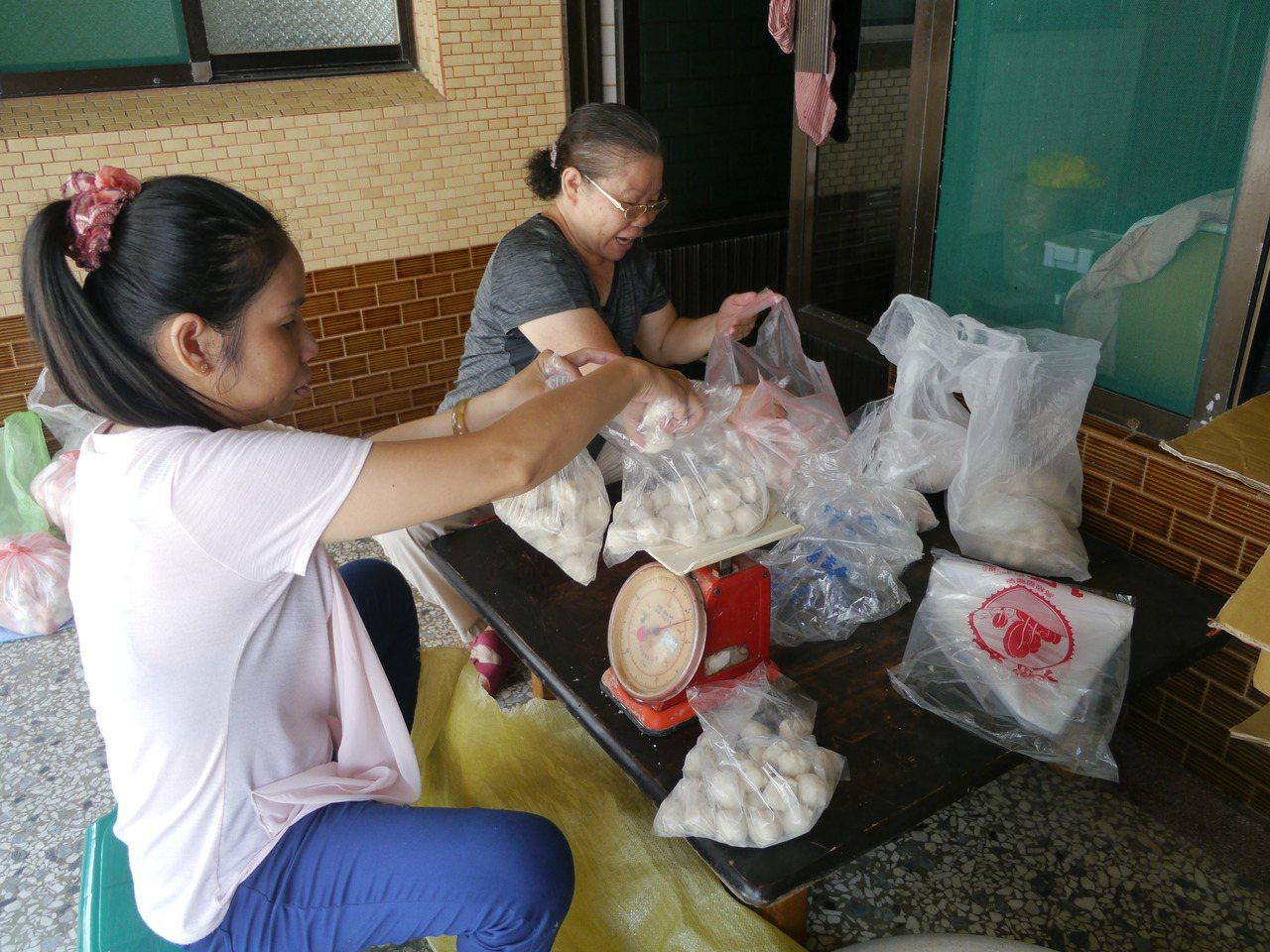 陳家製作手工魚丸出售,消息傳開後,很多善心人士趕來茄萣購買,鄰居也來幫忙出貨。記...
