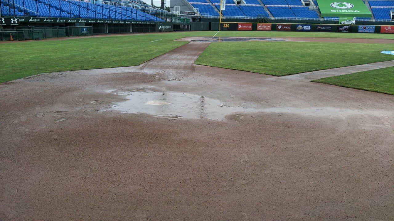 桃園球場因雨延賽。資料照