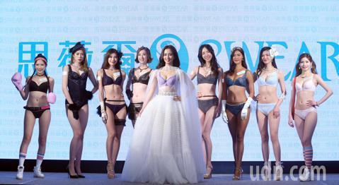 藝人周曉涵下午身著內衣搭著薄紗,性感的出席SWEAR思薇爾內衣2019AW新品代言記者會 ,與女模們一同展示各式各樣的內衣。