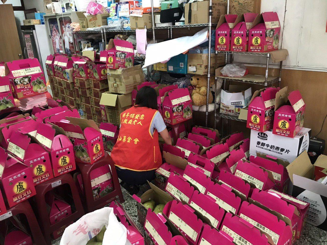 華山基金會高市B區天使網部辦公室堆滿滯銷文旦,工作人員擔心中秋節之前賣不出去。圖...