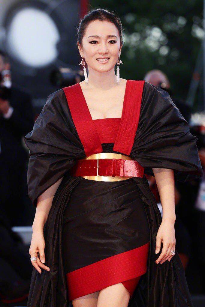 鞏俐威尼斯紅毯裝扮登上微博熱搜。圖/摘自微博