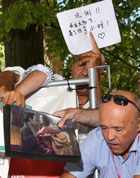 國外大叔手寫中文卡片示愛成亮點。圖/摘自微博