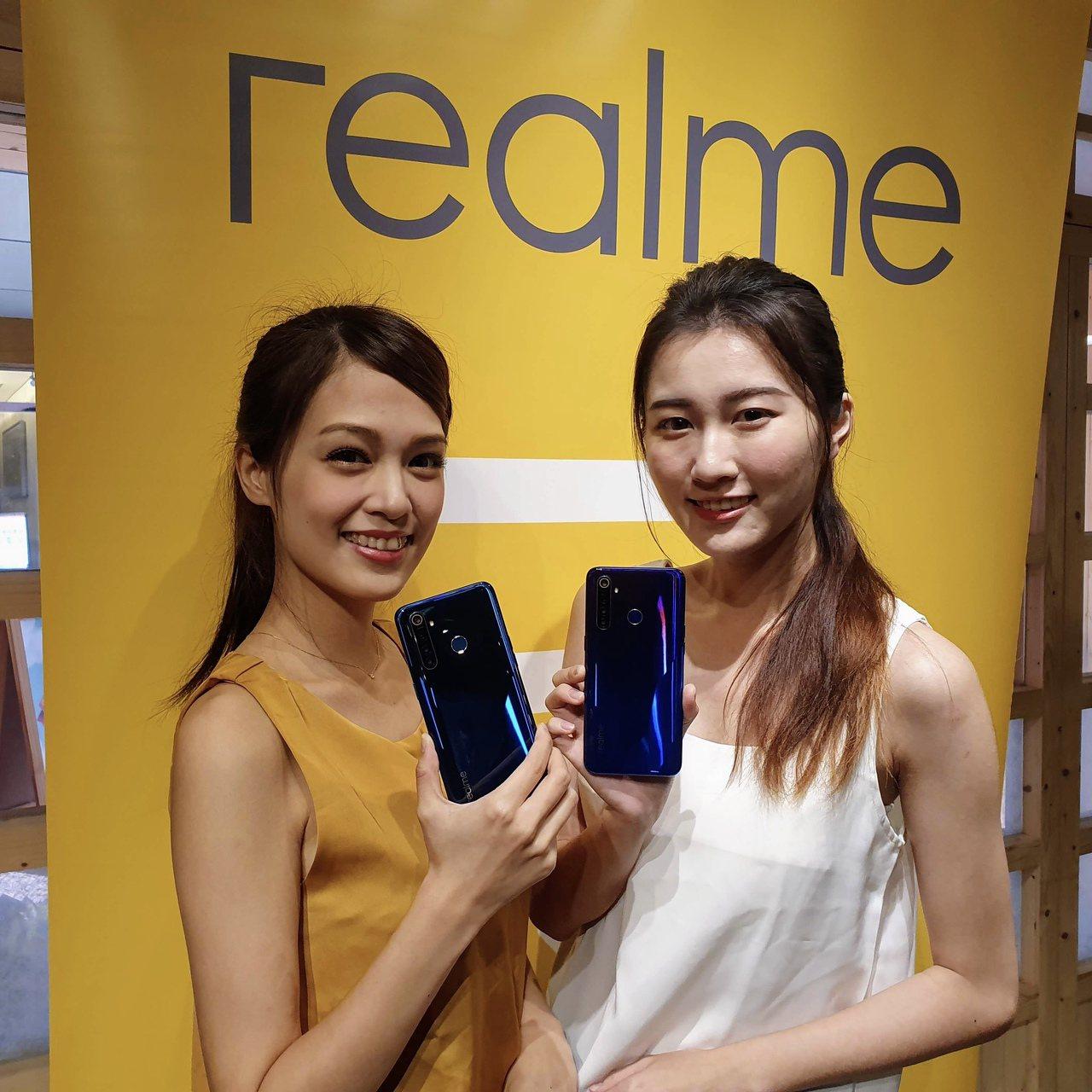 realme今日發表新機realme Q,共推出光鑽綠、光鑽藍2色。記者黃筱晴/...