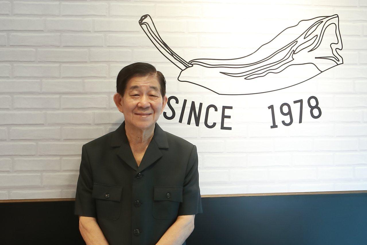 發起人肉骨茶創辦人蔡水發特地登台迎接開幕。記者陳睿中/攝影