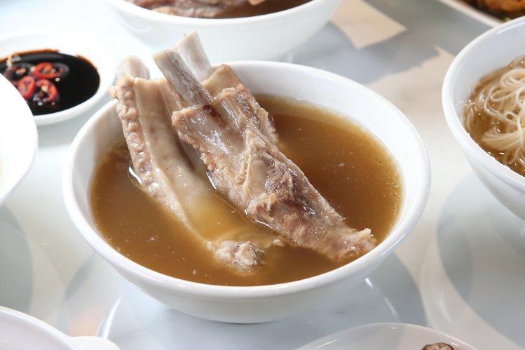 小排骨肉骨茶,每份220元。記者陳睿中/攝影
