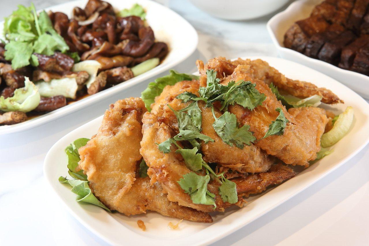 店內供應有星城蝦醬雞翅、滷大腸、花干等多種滷味與特色小菜。記者陳睿中/攝影