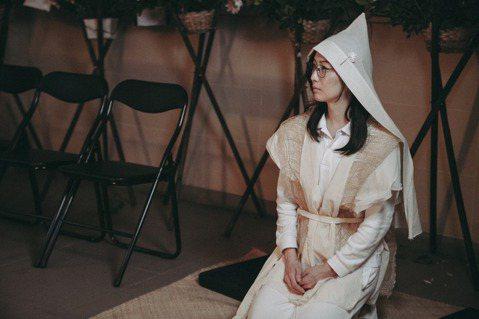 「花椒之味」集合香港天后鄭秀文、台灣人氣演員賴雅妍及大陸潛力新人李曉峰演出同父異母三姊妹,片中有一場三個素未謀面、自小分隔三地的姊妹,在父親去世後的喪禮上才首次相聚。讓這場喪禮戲,成為電影開頭的重頭...
