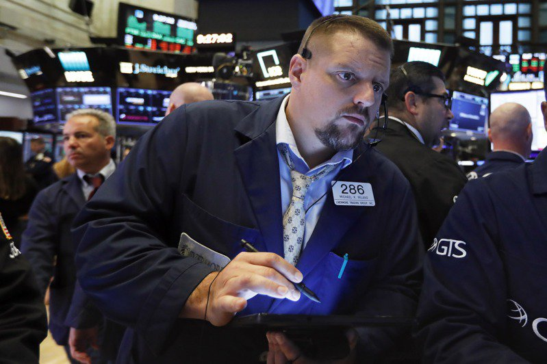 美國道瓊工業指數5日早盤大漲400點,因美中敲定將在下個月進行新的貿易談判。  美聯社