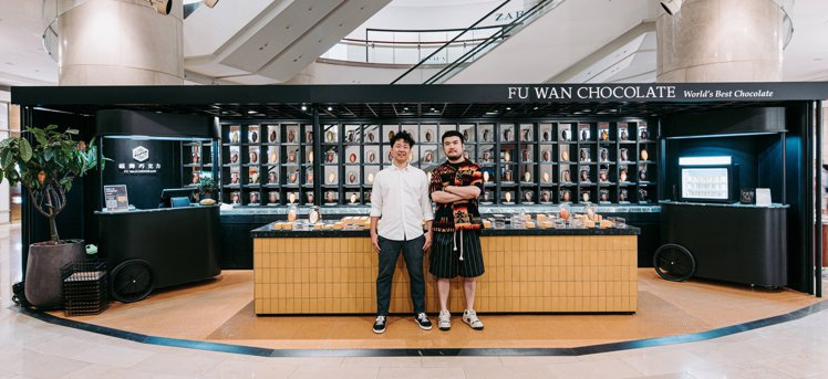 福灣巧克力品牌創辦人許華仁(左)與插畫藝術家鄒駿昇(右)。圖/福灣巧克力提供