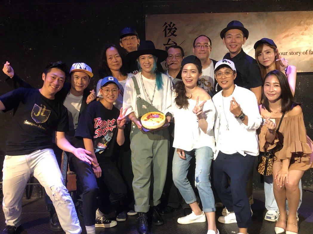 張芸京為36歲生日暖壽,親友與超偶昔日戰友都到場祝賀。圖/張芸京經紀人提供