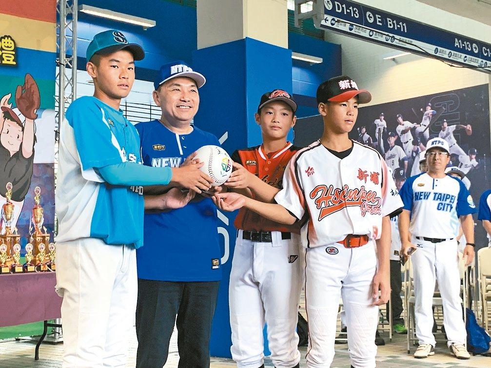 新北市長侯友宜(左2)昨出席市長盃三級棒球錦標賽開幕典禮,他指出,新北市棒球隊不...