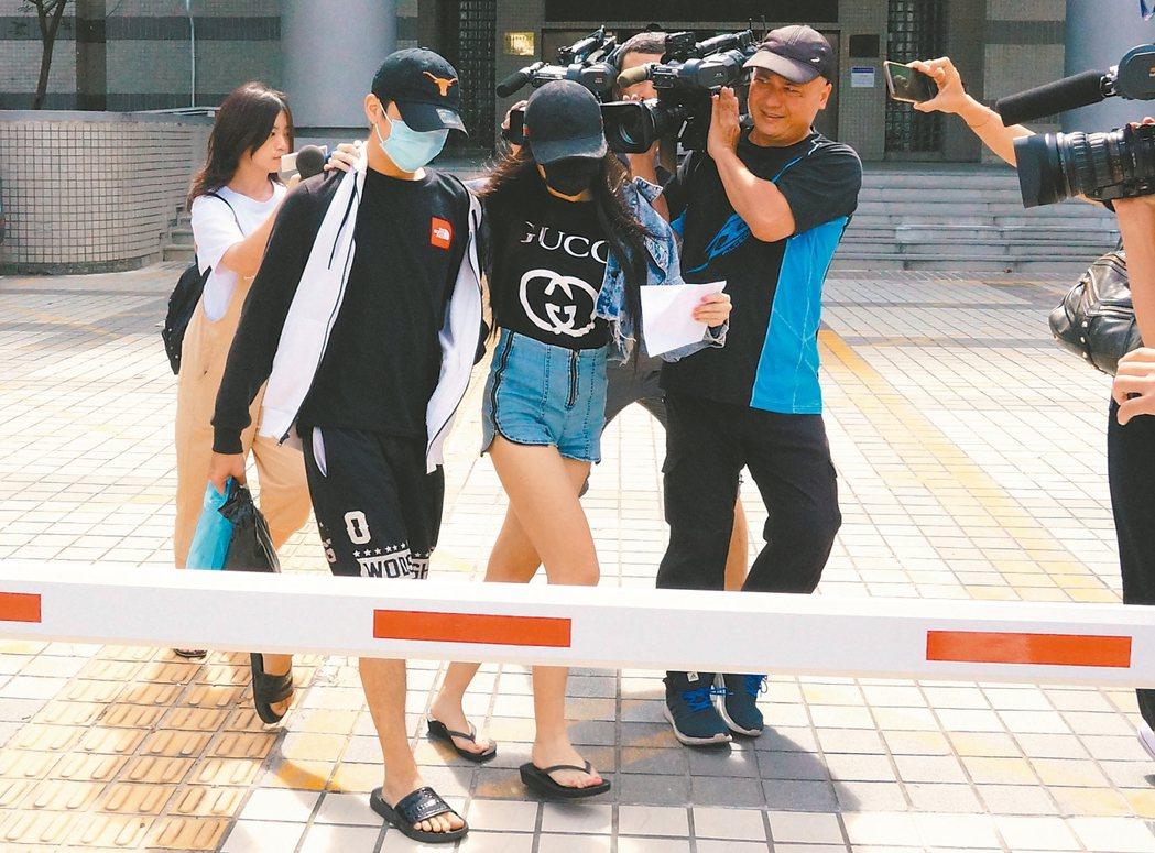 茄子蛋樂團前鼓手小賴(前左)被查獲涉持有大麻,女友前往保釋後,兩人面對媒體均不回