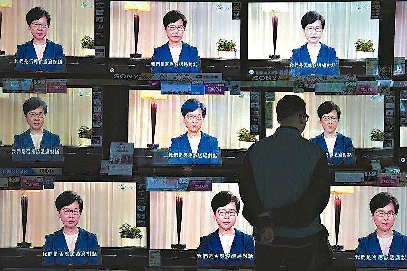香港特首林鄭月娥宣布撤回「逃犯條例」,傳媒多數以「重大讓步」為標題。 (美聯社)