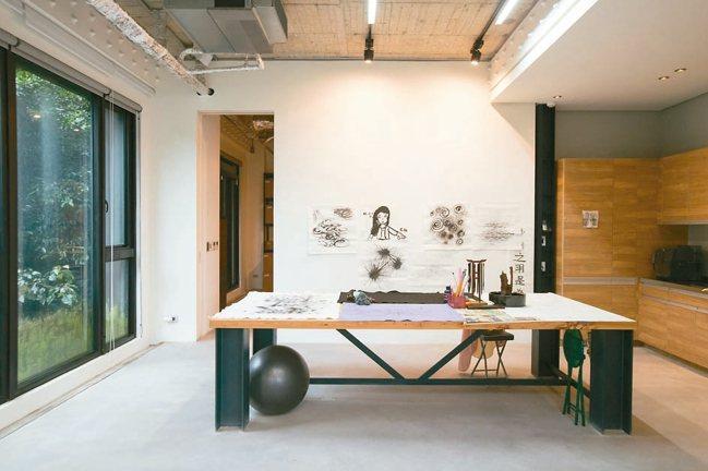 萬里家中也有小型工作室。 攝影/陳立凱
