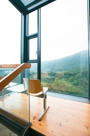 展望家中不少落地窗,讓光線和綠意滿布室內。 攝影/陳立凱