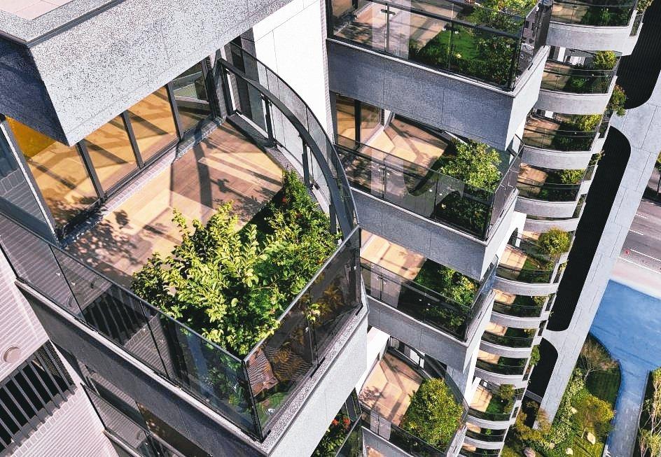 高雄市政府積極推動高雄厝計畫,打造出環境永續、健康安全的城市環境。圖為高雄新建大...