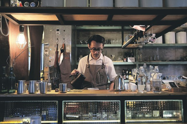 民宿咖啡店「散散步」的主人馬丁。 圖/黃仕揚
