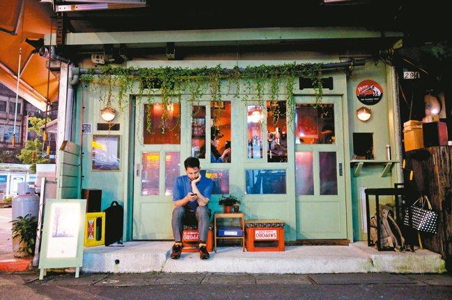位於延吉街、信義路口的微型咖啡店「一席/Alone Together」。 圖/陳...