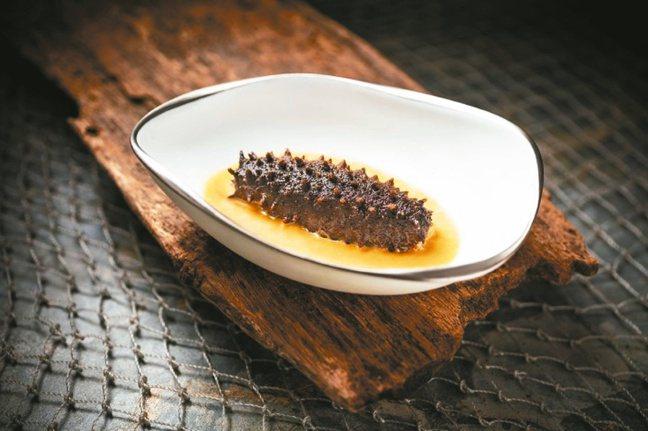 VEA Restaurant & Lounge海味招牌菜烤海參,口感焦脆,搭配各...