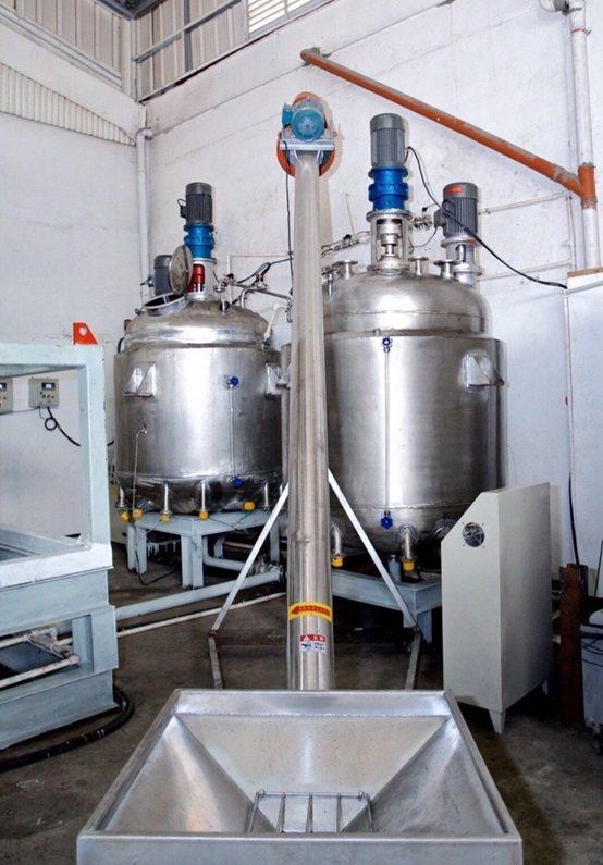 GP-860專利環保自動化煉金設備中酸洗系統裡的反應攪拌槽,配有溫控確保反應運做...